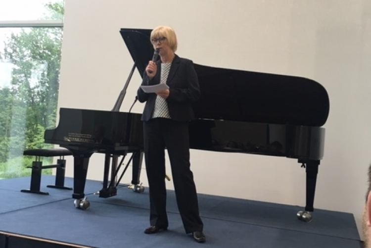 Ute Buchmann, Präsidentin des Zonta Clubs Bonn begrüßt die Besucher des Benefizkonzerts.