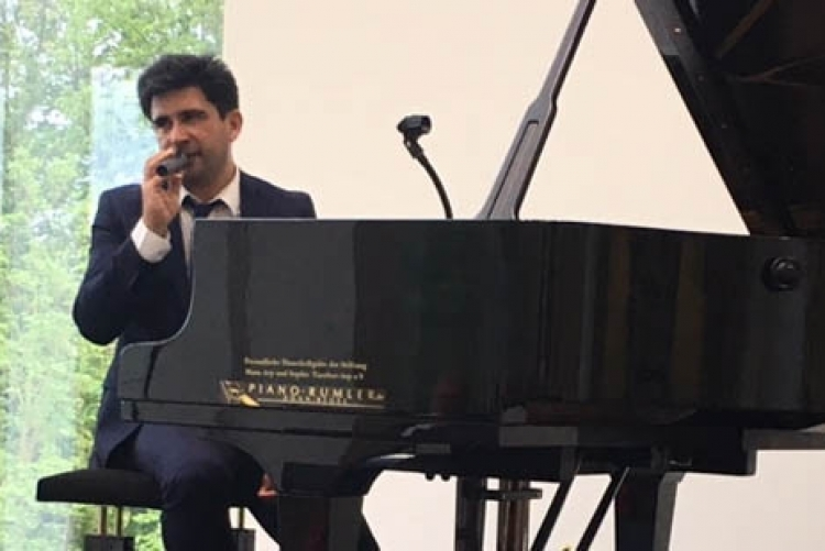 Pianist Sebastian Rodriguez begrüßt das Publikum.