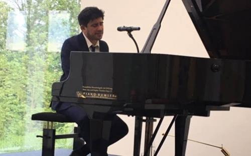 Der Musiker spielt zeitgenössische, argentinische Musik.